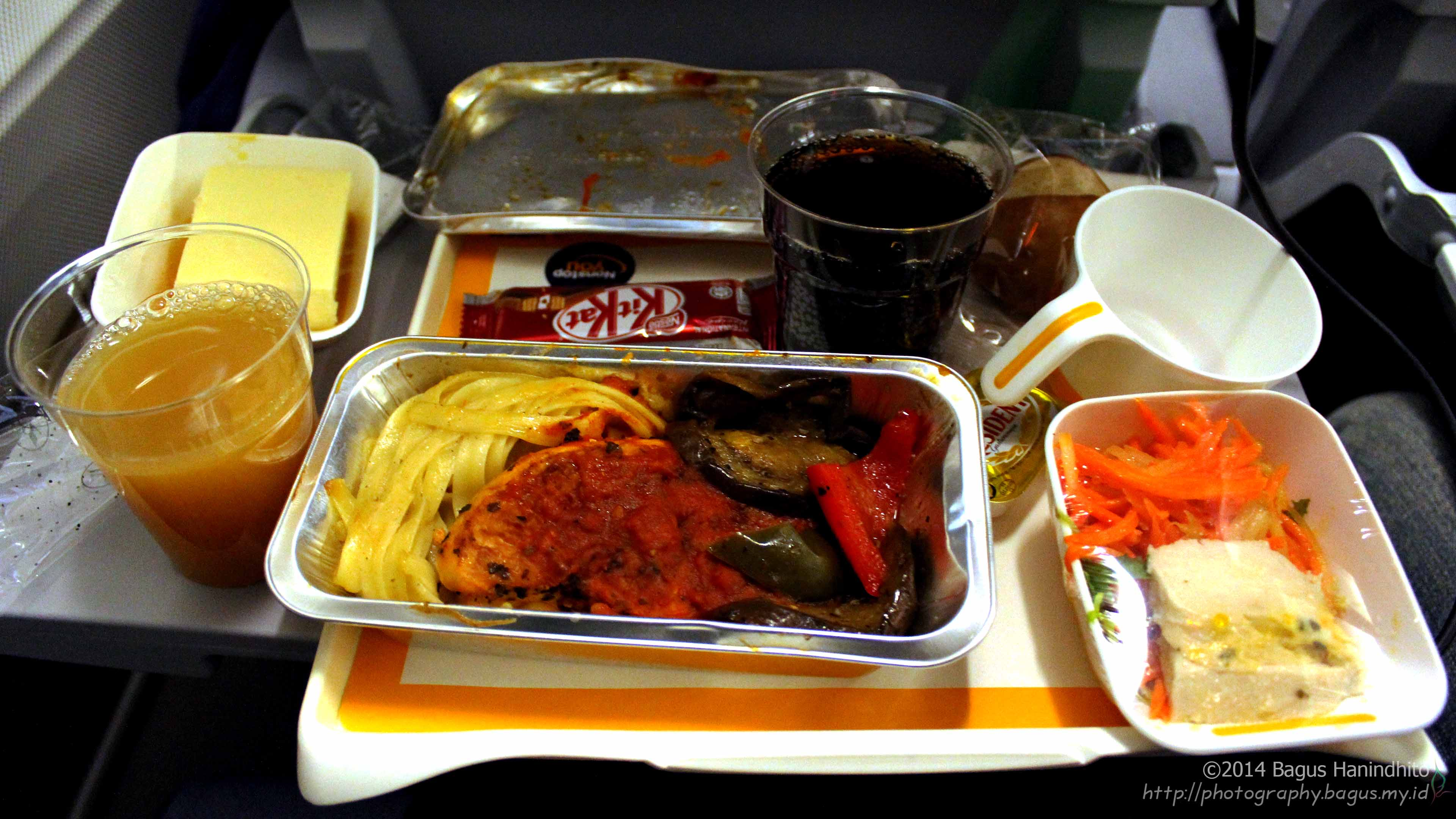 Before I went to sleep, the dinner was served during my flight from KUL to FRA on LH738. It was delicious!